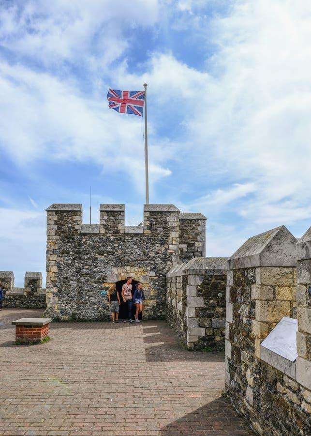 Dover Kent, UK - Augusti 18, 2017: På taköverkanten av Dover Cast arkivbilder
