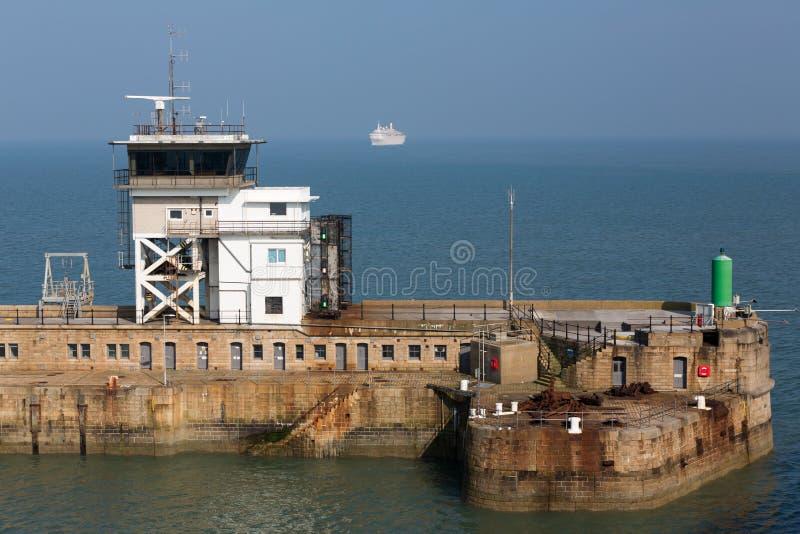 Dover Port Control na entrada de porto oriental imagem de stock royalty free