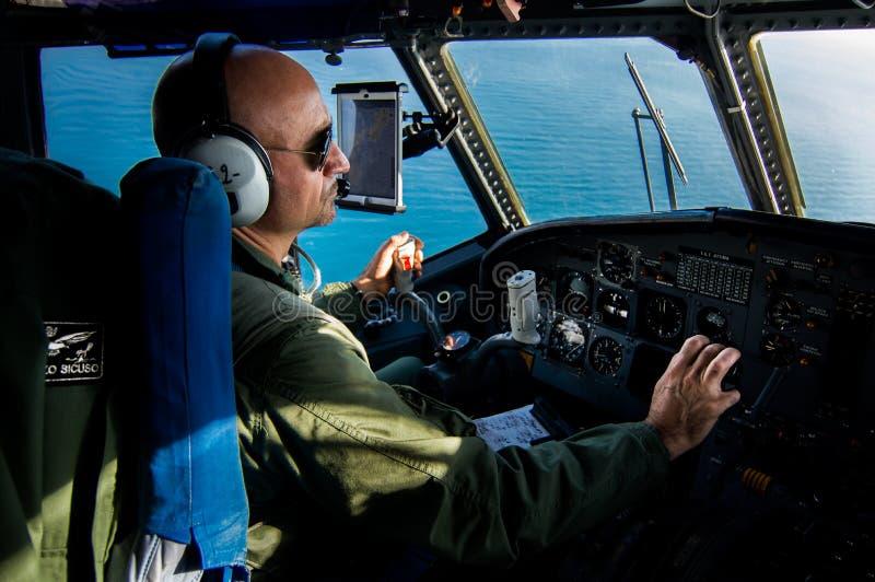 Dowódca siły powietrzne podczas patrolowego lota nad morzem śródziemnomorskim, obrazy stock