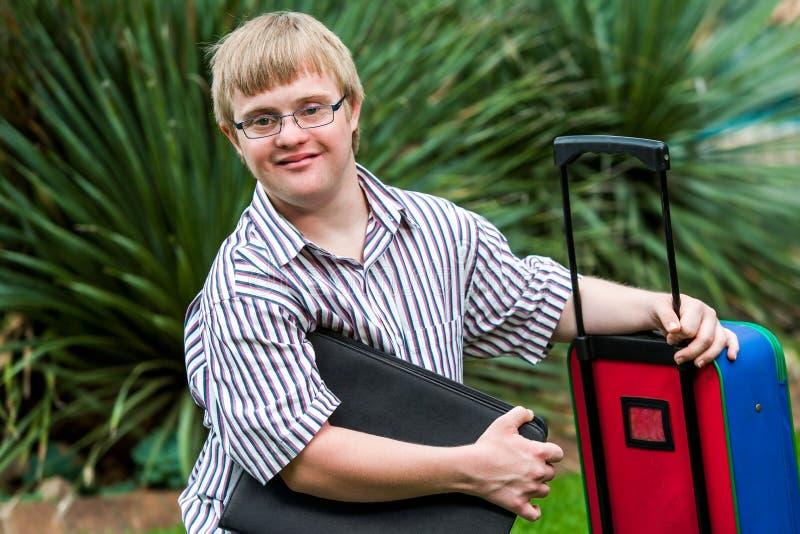 Down-Syndrom Student mit Datei und Laufkatze stockbild