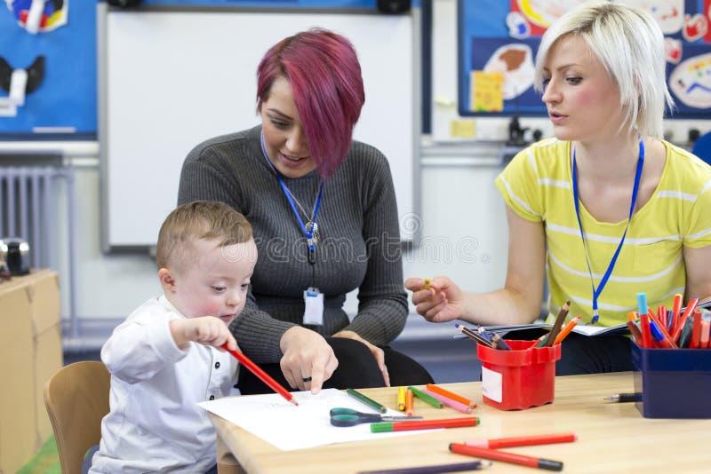 Down Syndrome pojke på barnkammaren royaltyfri bild