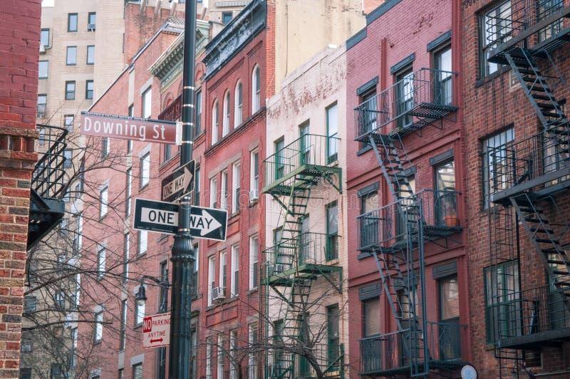 Downing Street no tiro ocidental da rua da vila NYC imagens de stock royalty free