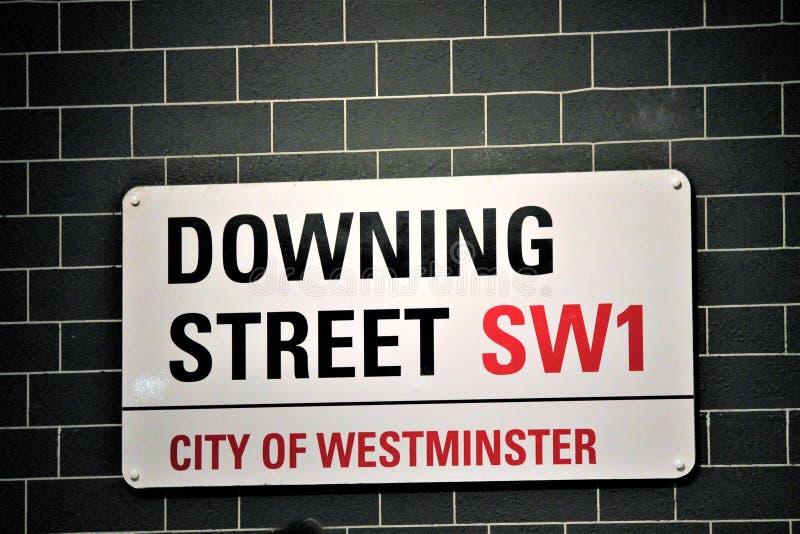 Downing Street unterzeichnen herein die City of Westminster in London England lizenzfreie stockbilder