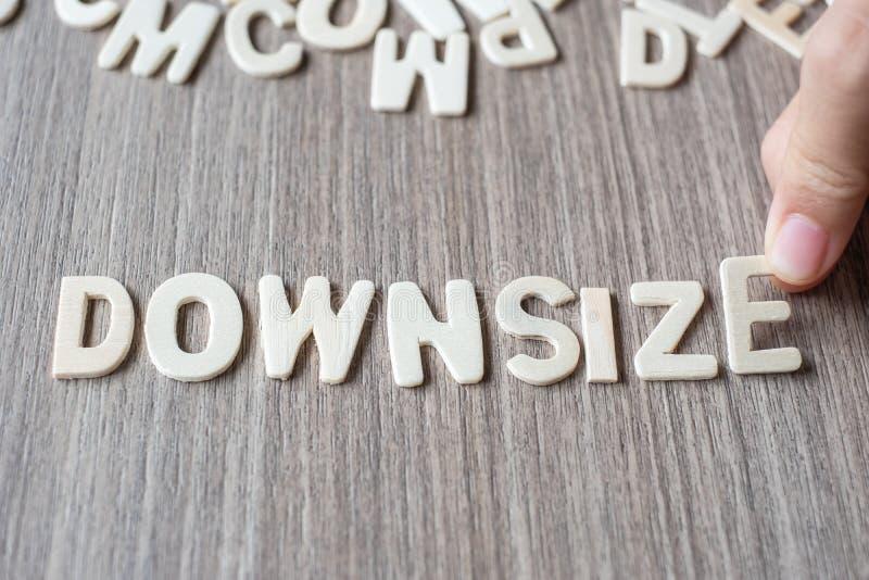 DOWNSIZE ordet av träalfabetbokstäver Affär och idé royaltyfri fotografi