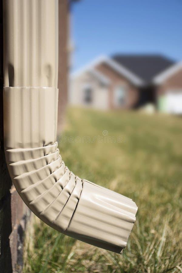 Downspout сточной канавы - показывать дом в предпосылке стоковые фотографии rf