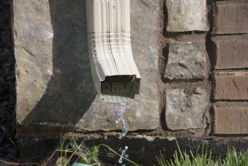 Downspout сточной канавы с водой стоковые фотографии rf