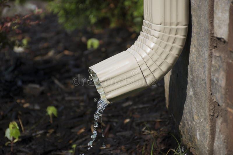 Downspout с водой - взгляд со стороны сточной канавы стоковые изображения rf
