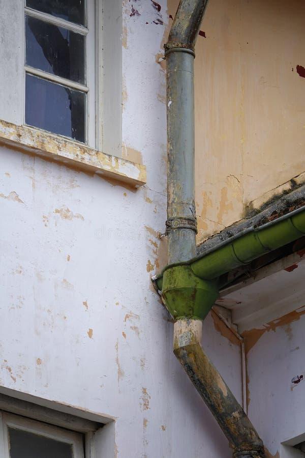 Downspout da chuva em uma construção antiga imagem de stock