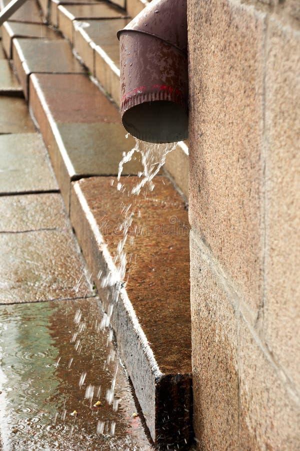 Downspout durante a chuva imagens de stock royalty free