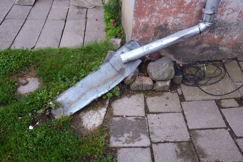 Downspout usado da calha da chuva perto da parede lisa da casa foto de stock royalty free