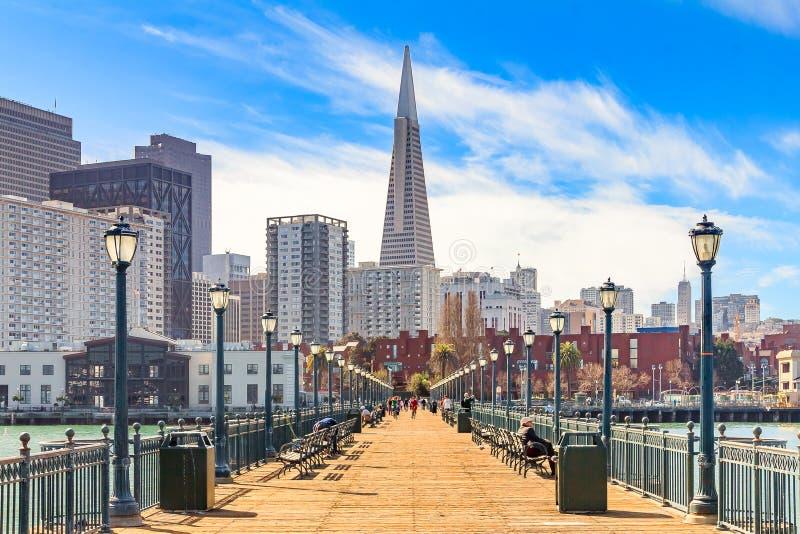 Downton San Francisco ed e la piramide di Transamerica da legno immagini stock