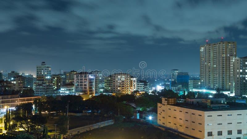 Downtowm Dar Es Salaam alla notte immagine stock