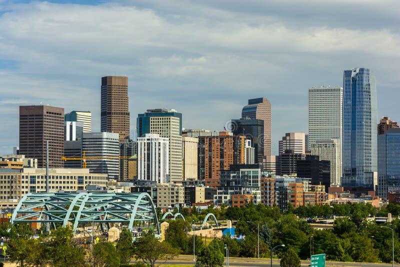 Downtown Denver, Colorado Wolkenkratzer mit Confluence Park und Speer Blvd Platte Brücken im Vordergrund stockfoto