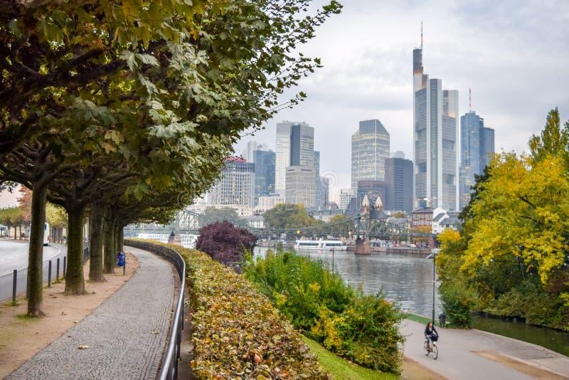 Downtown Frankfurt und Riverside Park in Dusk lizenzfreie stockfotografie