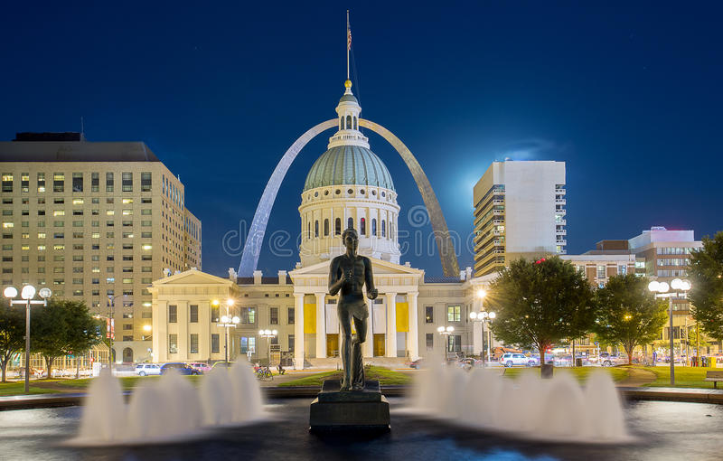 Downtown Saint Louis. The old courthouse framed by the gateway arch in downtown Saint Louis stock photography