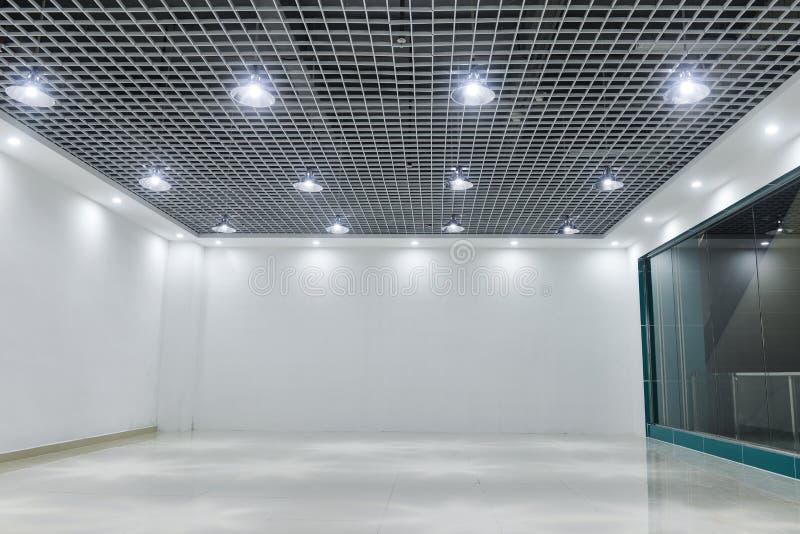 Dowodzeni podsufitowi światła na nowożytnym handlowym budynku suficie zdjęcie royalty free