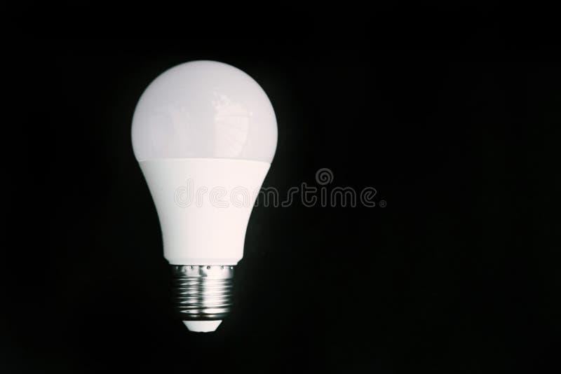 DOWODZONA lampa na czarnym tle zdjęcia stock