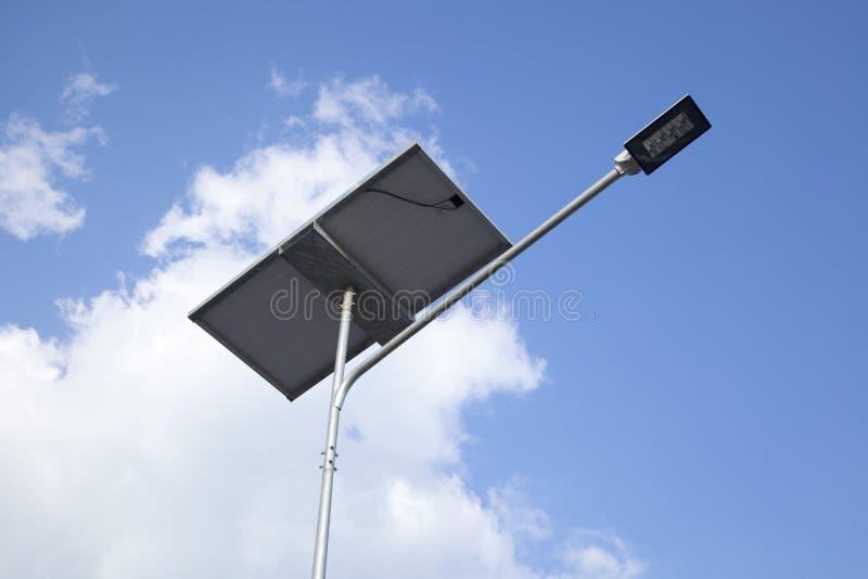 DOWODZONA latarnia uliczna z ogniwem s?onecznym fotografia stock