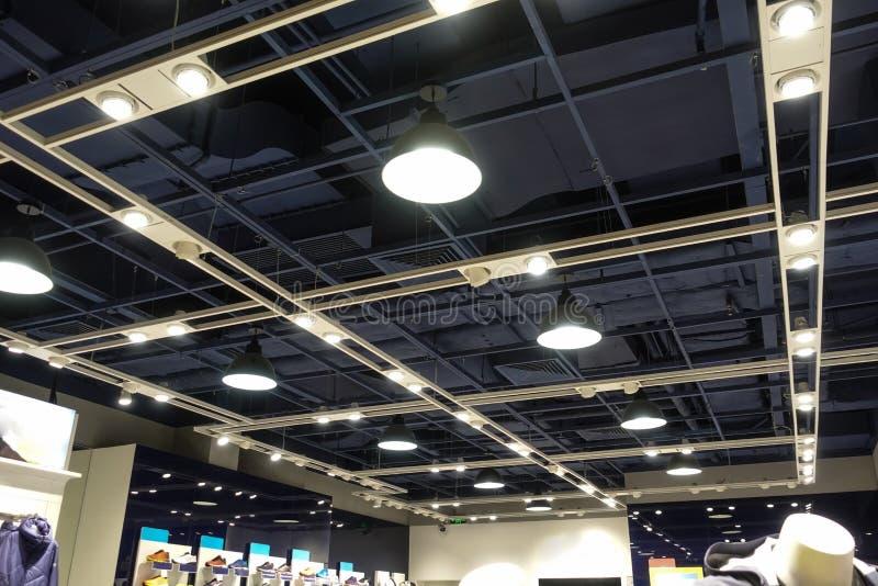 Dowodzony światło na sklepowym suficie w nowożytnym handlowym budynku obraz royalty free
