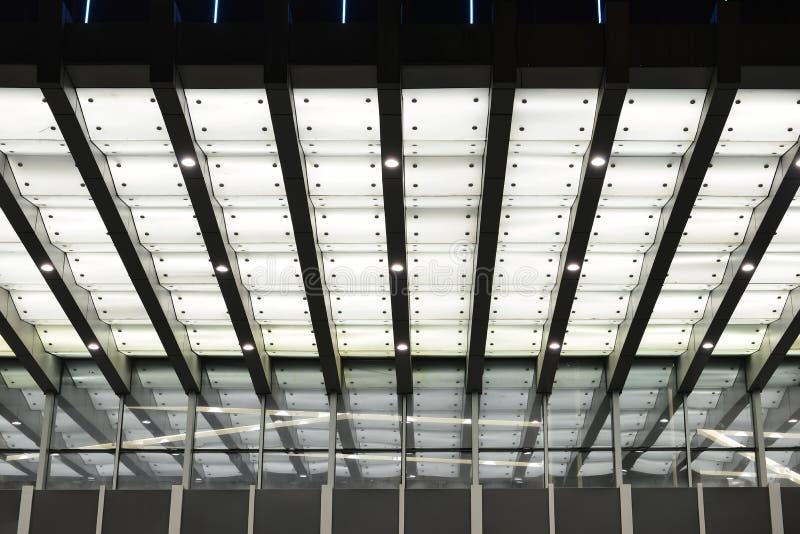 Dowodzony baldachim nad wejście nowożytny budynek zdjęcie royalty free