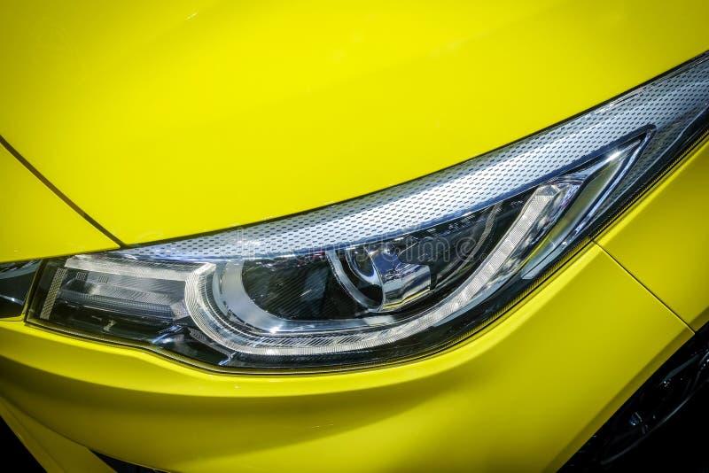DOWODZONY ksenonu reflektor żółty nowożytny samochód zdjęcia royalty free