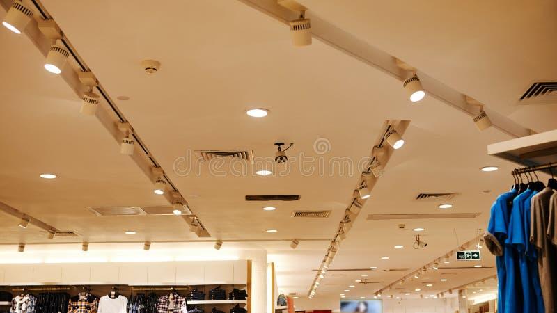 Dowodzony podsufitowy światło używać w moda sklepie zdjęcia stock