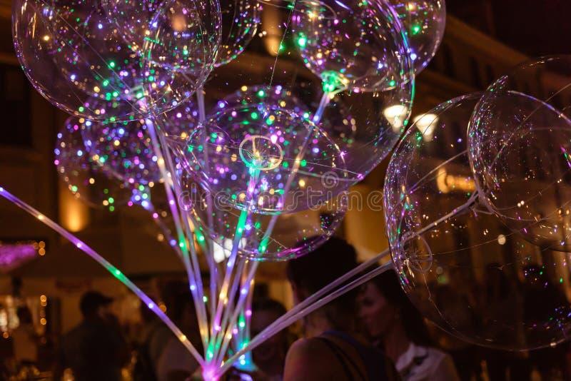 DOWODZONY przejrzysty balon z barwiącą świecącą girlandą obrazy royalty free