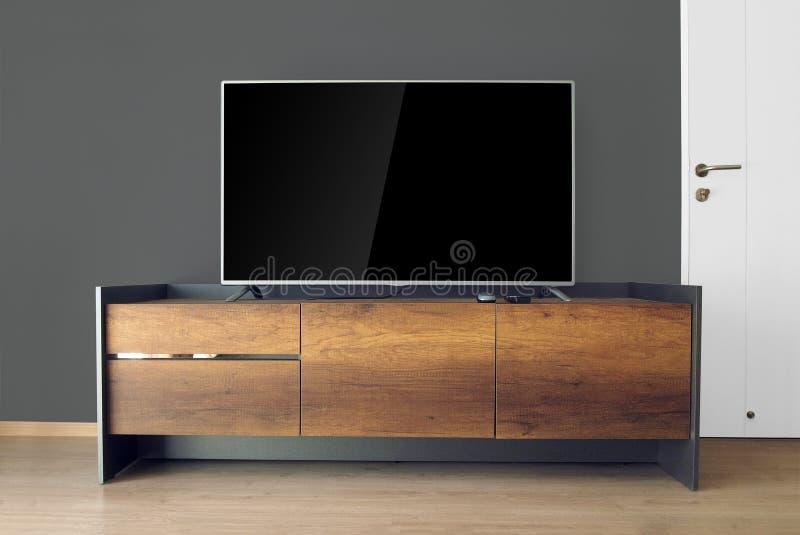 Dowodzony TV na TV stojaku w pustym pokoju obraz stock