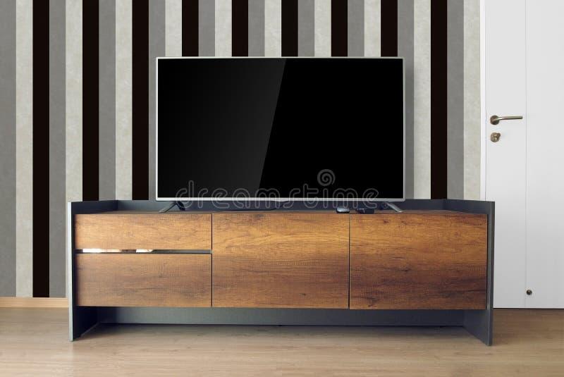 Dowodzony TV na TV stojaku w pustym pokoju z rocznika czarny i biały wa obraz royalty free