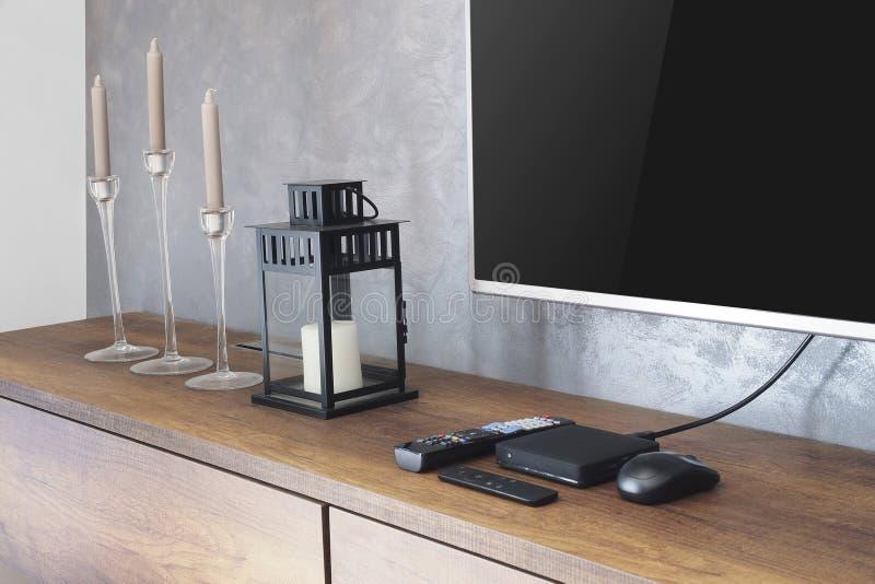 Dowodzony TV na TV stojaku z cyfrowym TV pudełkiem, dekoruje w loft stylu, fotografia royalty free