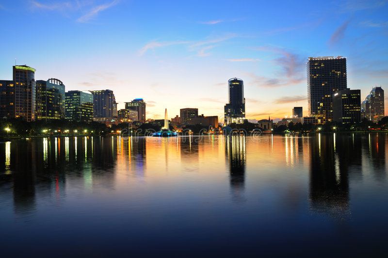 Dowtown Orlando, Florida an der Dämmerung lizenzfreie stockbilder