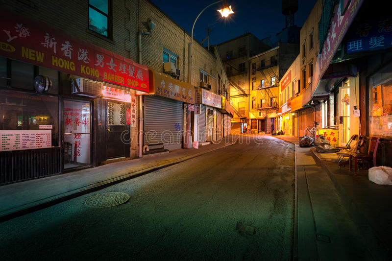 Doyers ulica nocą, w NYC Chinatown fotografia stock