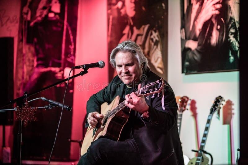 Doyle Dykes Christmas Show på musikcentret för Jim ` s i Tustin, CA arkivbilder