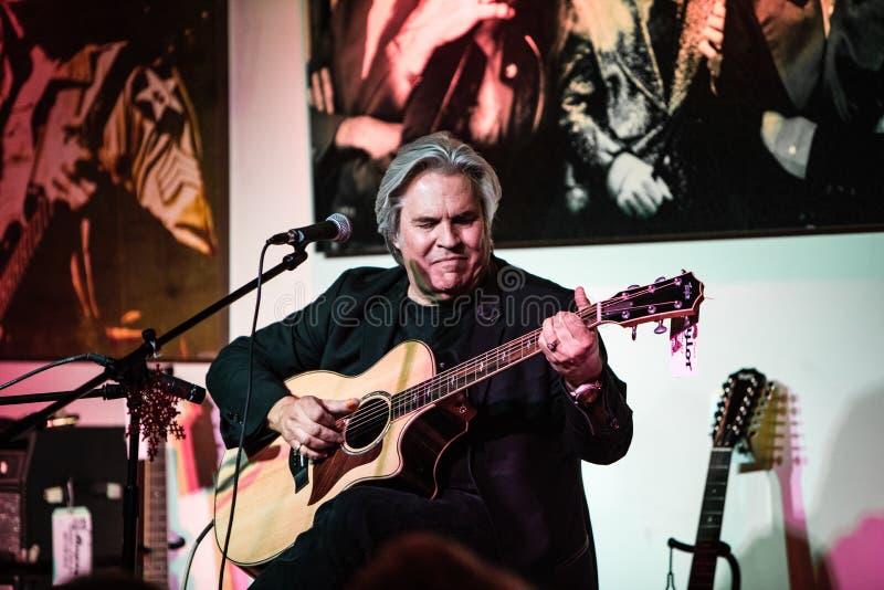 Doyle Dykes 1 exposition de vacances d'homme au centre de musique du ` s de JIM dans Tustin, CA photo stock
