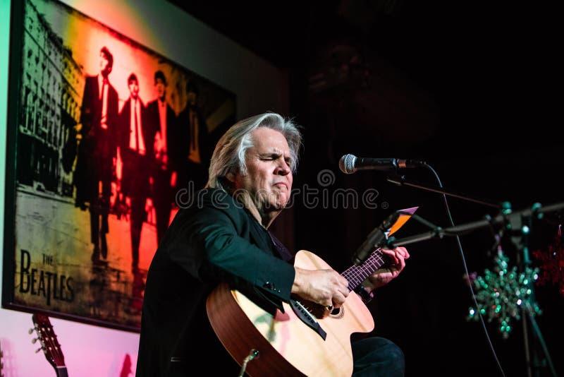 Doyle Dykes 1 exposition de vacances d'homme au centre de musique du ` s de JIM dans Tustin, CA photo libre de droits