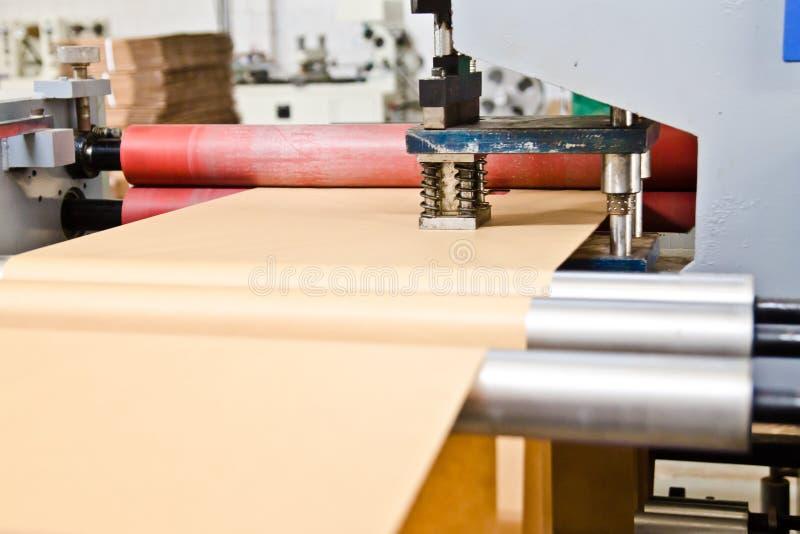 Doypack die verpakkende machine in moderne fabriek met bruin kraftpapier-document maken rolt en het plastic film lopen royalty-vrije stock afbeelding