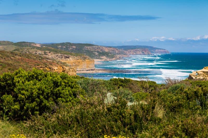 Doze apóstolos e céu azul no dia ensolarado, grande estrada do oceano, Austrália fotos de stock