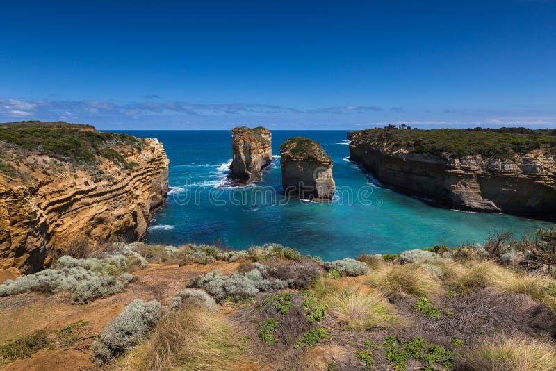 Doze apóstolos e céu azul no dia ensolarado, grande estrada do oceano, Austrália fotos de stock royalty free