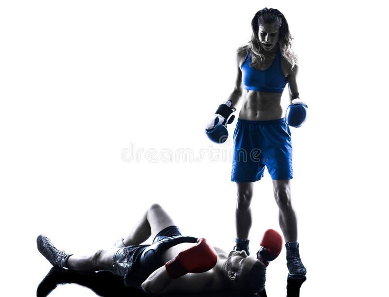 In dozen doend de man van de vrouwenbokser kickboxing geïsoleerd silhouet stock foto's