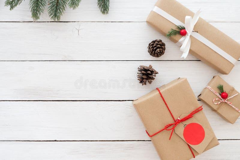 Dozen van Kerstmis de huidige giften met markering en decoratie op witte houten achtergrond stock fotografie