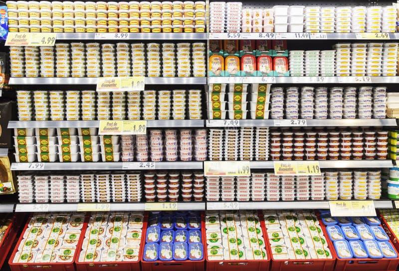 Dozen van visseëieren in een supermarktdiepvriezer die worden blootgesteld stock afbeelding