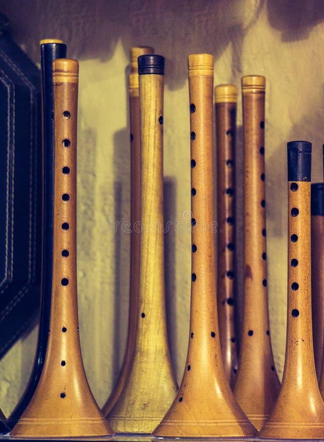Dozens met de hand gemaakte houten fluiten in vertoning royalty-vrije stock foto's