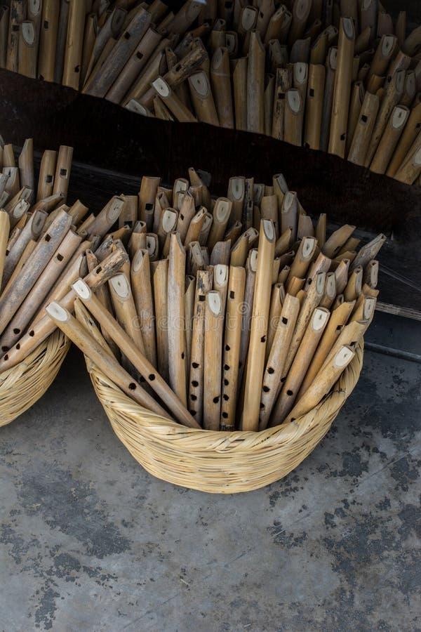 Dozens met de hand gemaakte houten fluiten in vertoning royalty-vrije stock afbeeldingen