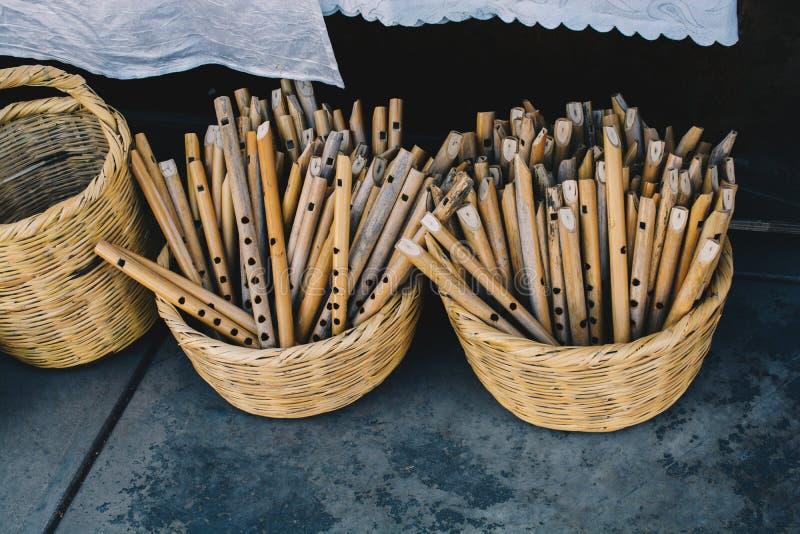 Dozens met de hand gemaakte houten fluiten in vertoning stock foto