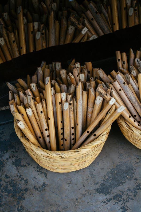 Dozens met de hand gemaakte houten fluiten in vertoning stock foto's