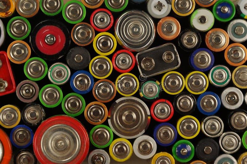 Dozens types, grootte, kleuren van gebruikte batterijen en accumulatoren Voorbereidingen voor recycling of gebruik royalty-vrije stock afbeeldingen