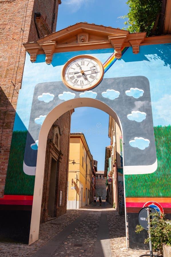 Dozza Italien: Detail des alten Dorfs mit Wanduhr Stadt in der Emilia Romagna-Region ber?hmt f?r seine Wandgem?lde und das Schlos lizenzfreie stockbilder