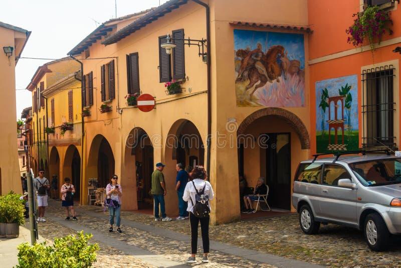Dozza, Italien am 21. Juli 2018: Touristen in Dozza lizenzfreie stockfotos