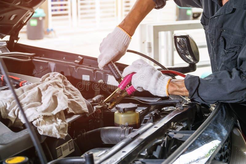Drähte, zum der Auto ` s Batterie zum Ladegerät zu verstopfen lizenzfreie stockfotos
