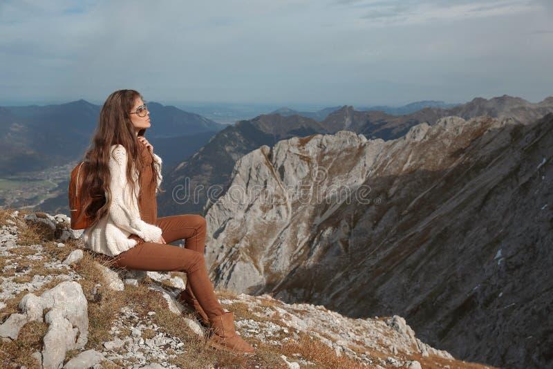 Dräkt av den tillfälliga kvinnan Fri brunett som tycker om naturberg royaltyfri fotografi